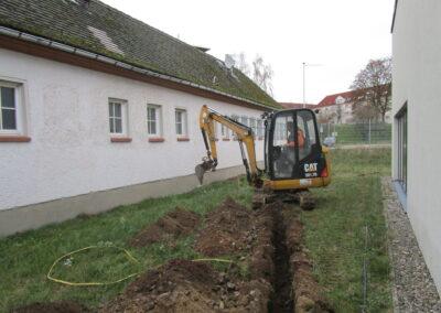 Ausheben eines Graben für die Wasserversorgung der Baustelle
